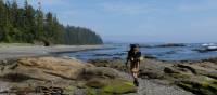 Randonnée sac à dos le long la côte de l'île de Vancouver